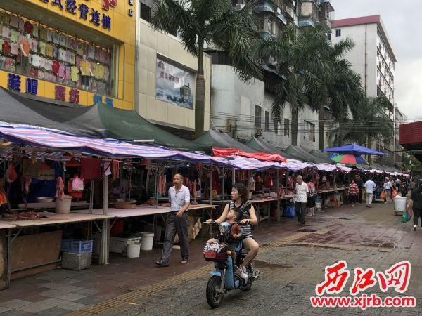 为方便群众,高要城区中心市场周边设置临时摆卖点。西江日报记者 夏紫怡 摄
