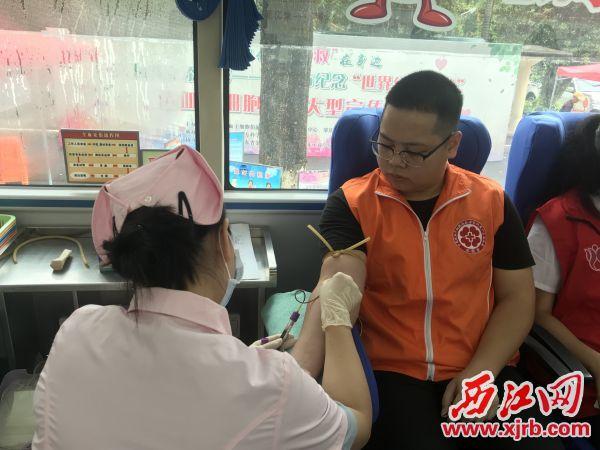 医护人员对刘浩进行造血干细胞血液样本采集。 西江日报记者 潘粤华 摄