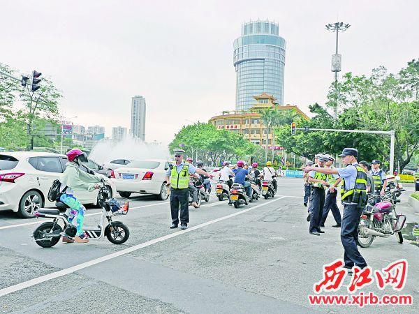 市民驾驶非机动车在机动车 道上行驶被交警截停。 西江日报记者 吴威豪 摄
