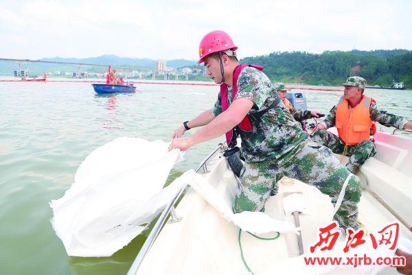 德庆民兵在水上人命搜救暨溢油应急联合演练中。 通讯员 聂海辉 摄