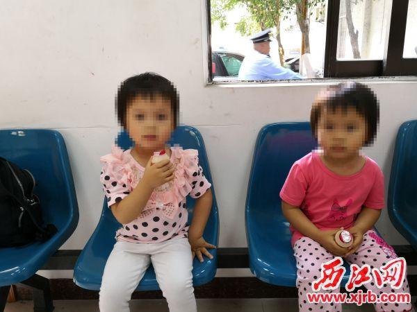 在民警的帮助下,双胞胎女孩在端州区古塔派出所重逢。 受访单位供图