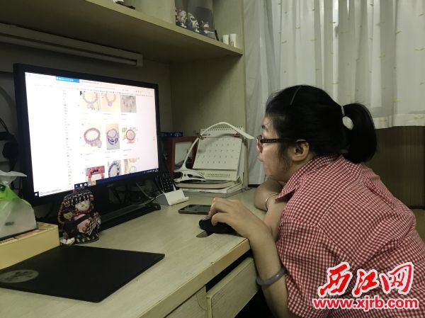 李小鹰在打理玉石饰物网店。 西江日报记者 潘粤华 摄