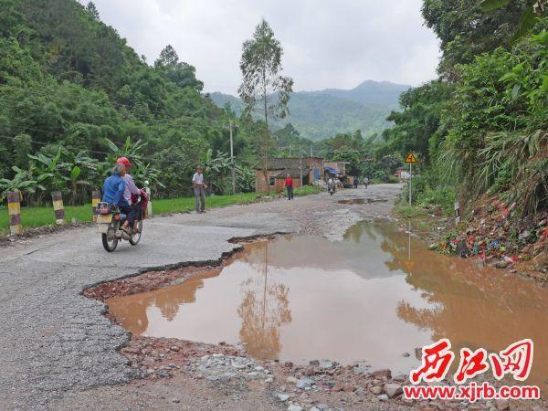 道路破损严重,让村民的生活 陷入了不便。西江日报记者 吴威豪 摄