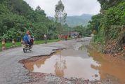 """道路破损积水严重 高要木坪村成""""孤岛"""" 高要地方公路管理站正疏通积水,重建计划审批中"""
