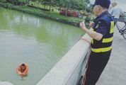 星湖牌坊广场保安勇救落水游客