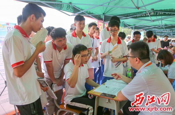 昨日的校園雙選會現場,企業代表與學生進行交流,增進了解。 西江日報記者 曹笑 攝