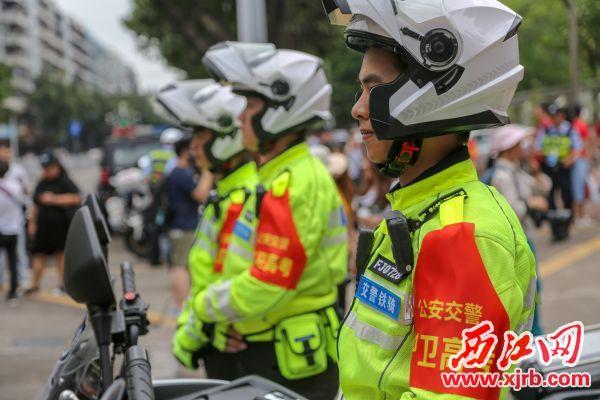 交警鐵騎為高考保駕護航。 西江日報記者 曹笑 攝