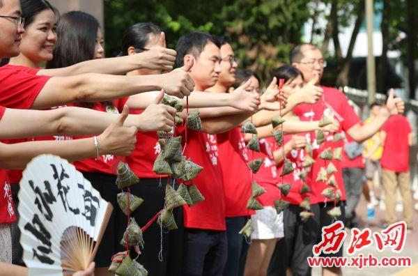 """老師帶來粽子為學生打氣,寓意 """"高中""""。 西江日報記者 梁小明 攝"""