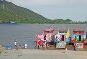 羚山涌码头现不文明一幕 游客不顾危险江边嬉水拍照