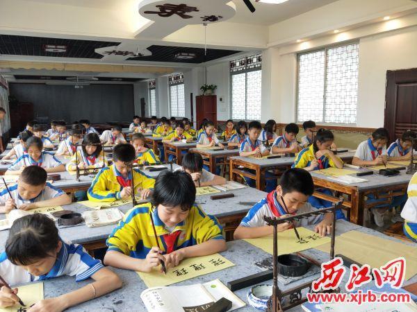 学生正在习书法。 西江日报记者 夏紫怡 摄