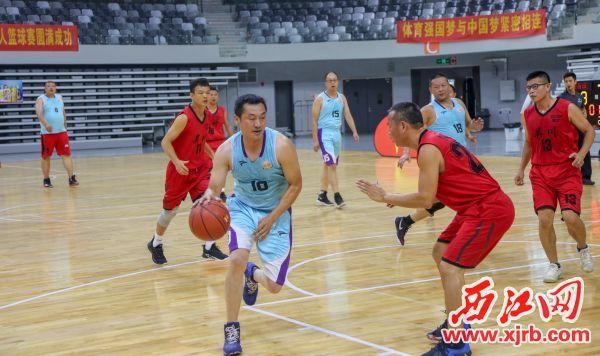 运动员在赛场上奋力拼搏 。 西江日报记者 曹笑 摄