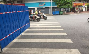 路口施工围蔽被质疑有安全隐患