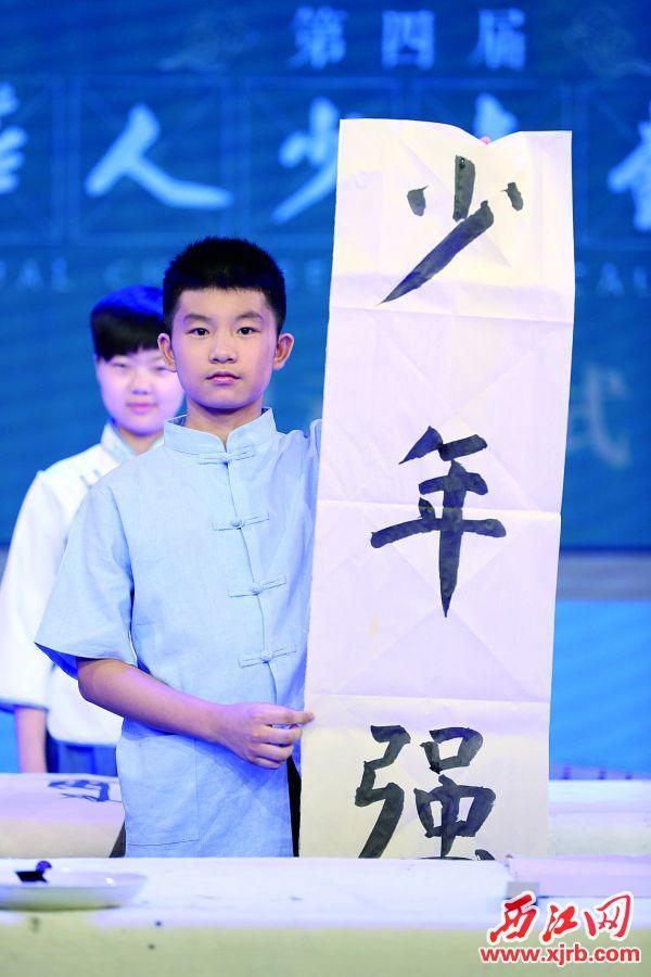 肇慶選手馮燁堅在啟動儀式上揮毫書寫。