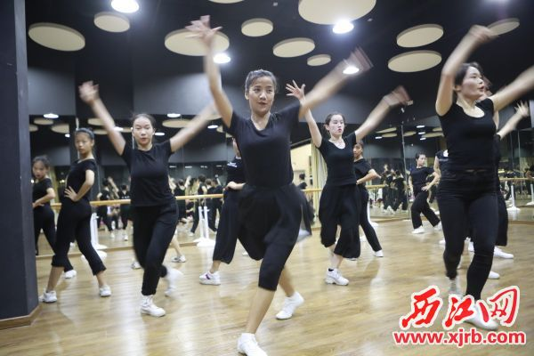 参加首届粤港澳大湾区文化 艺术节表演的舞蹈演员们抓紧时间 进行排练。 西江日报记者 刘春林 摄