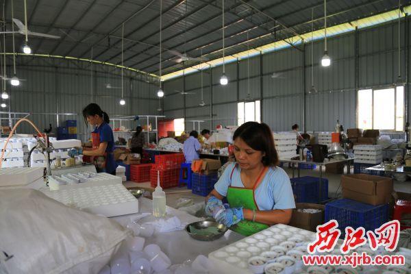 貧困村民正在組裝燈飾。 西江日報記者 楊麗娟 攝