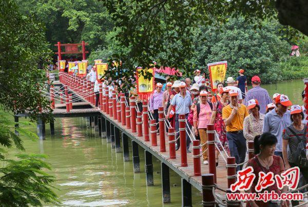 活动现场吸引众多市民和游客参加。 西江日报记者 梁小明 摄