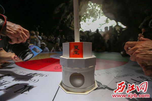 在道具的辅助下,可以看到在太阳直 射下形成的光点。 西江日报记者 曹笑 摄