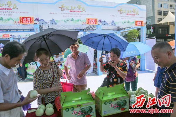 """本土美食名品让市民游客深切感受""""舌尖上的肇庆""""。 西江日报记者 曹笑 摄"""