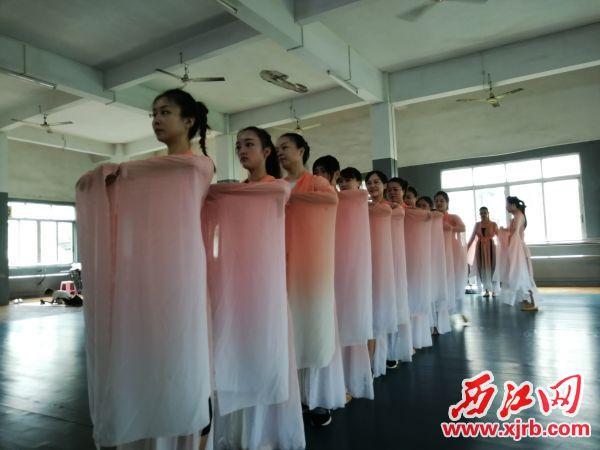 6月20日,在市歌舞團,演員們正在排練古典舞蹈《古韻端城頌》。 西江日報記者 胡美娟 攝