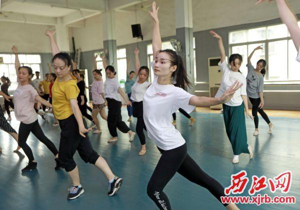 6月21日,為備戰首屆粵港澳大灣區文化藝術節,市歌舞團的演員們利用中午 休息時間排練舞蹈《走在前列》。 西江日報記者 劉春林 攝