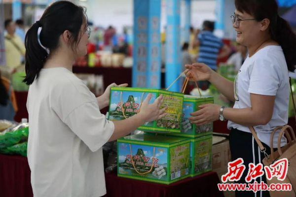 市民收获满满。 西江日报记者 刘春林 摄