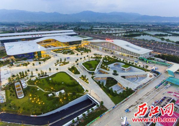 贵广高铁、南广高铁、广佛肇城轨交汇于肇庆东站,形成了一个交通大枢纽。 西江日报记者 刘春林 摄
