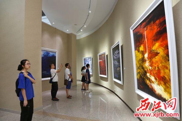 油画展作品以港珠澳大桥为主题。 西江日报记者 梁小明 摄