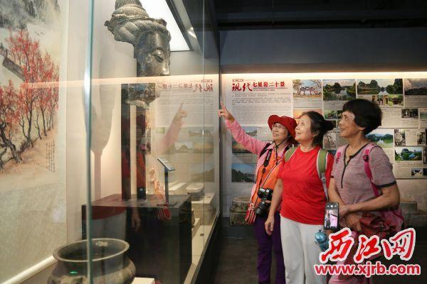 展出的历史文物让市民感受到肇庆深厚的文化积淀。 西江日报记者 梁小明 摄