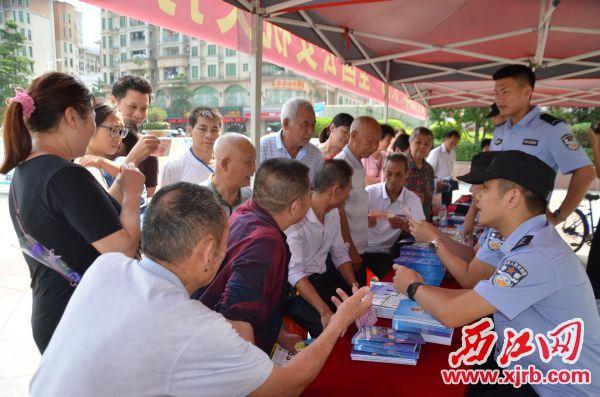 大旺公安分局开展反电诈等预 防宣传,吸引众多市民驻足围观。