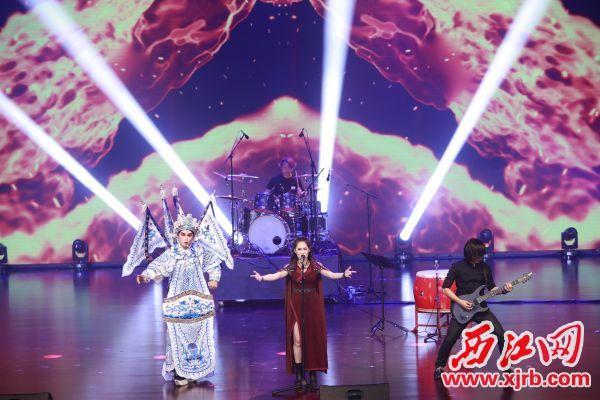 民乐女生金属乐队+ 粤剧演唱《赤绫》。 西江日报记者 刘春林 摄