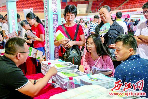 高校現場設點與考生和家長面對面直接 交流。 西江日報記者 曹笑 攝