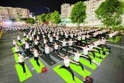 市举办第二届千人健身荧光夜瑜伽展示