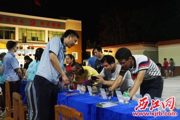 禁毒宣传吸引了村民驻足观看,通讯员供图。