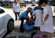 老人车祸受伤 封开民警及时帮助