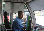 热心公交司机李颂球 下车护送学生过马路