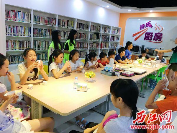 """城中社区""""儿童之家""""在举行快乐厨房活动。 西江日报记者 夏紫怡 摄"""