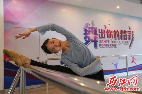 彭晓桦在练习舞蹈。 西江日报通讯员 杨峥 摄