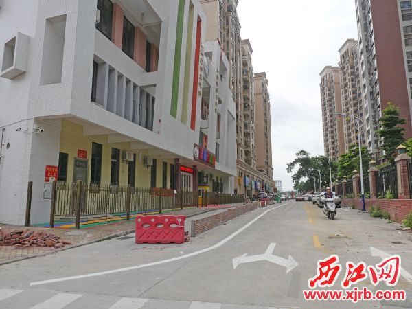 道路上建起了围墙。 西江日报记者 吴威豪 摄