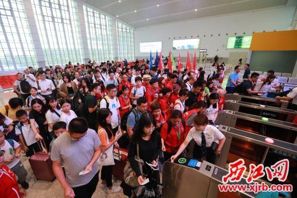 7月10日上午,庆直达香港高铁开通,乘客在庆东站有序验票进站。 西江日报记者 刘春林 摄