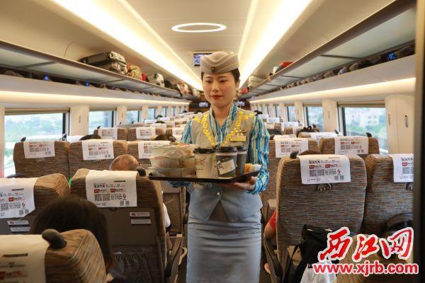 辛勤的乘务员在忙碌着为港高铁的乘客提供优质服务。西江日报记者 刘春林 摄