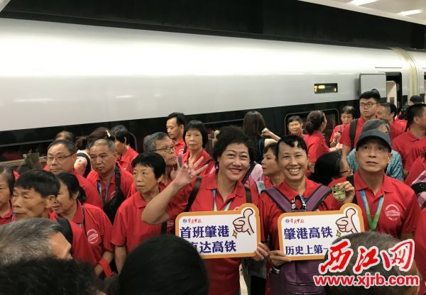 7月10日10:12,从庆东站出发的高铁抵达香港西九龙站,旅客有秩序地下车。 西江日报记者 刘春林 摄