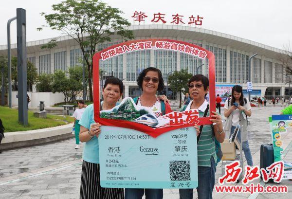 7月10日16时22分,香港—庆高铁开通首达团300多人抵达庆,庆东站前热闹非凡,众多香港市民在此拍照留念。西江日报记者 刘春林 摄