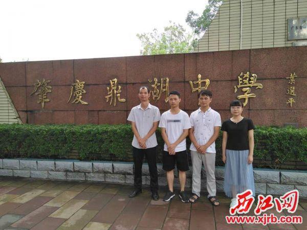 图中右一学生为罗嘉玲,左二学生为盘华龙。 记者 岑永龙 摄