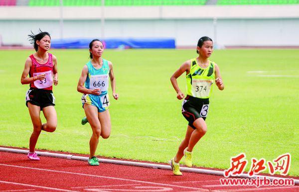 女子少年甲组1500米决赛中运动员你追我赶激烈竞争。 西江日报记者 曹笑 摄