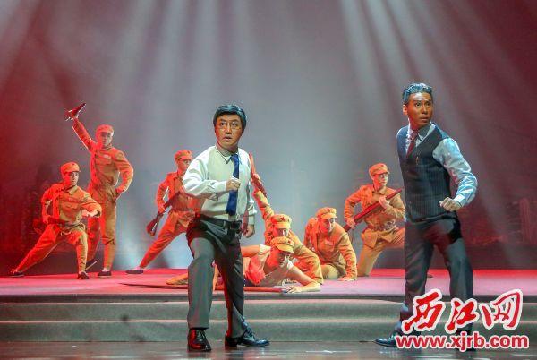 """《風起南粵》大量運用了""""蒙太奇"""" 手法,讓戰爭場面在舞臺上穿越,再現革命 者與建設者的追求。 西江日報記者 曹笑 攝"""