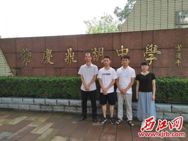 图为鼎湖中学师生,右二为郭祥升,左一为梁志远。 记者 岑永龙 摄