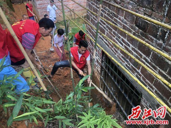 党员志愿者在清理淤泥。