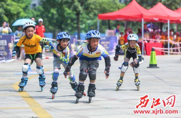 小轮滑运动员在进行个人计时竞速障碍赛。 西江日报记者 曹笑 摄
