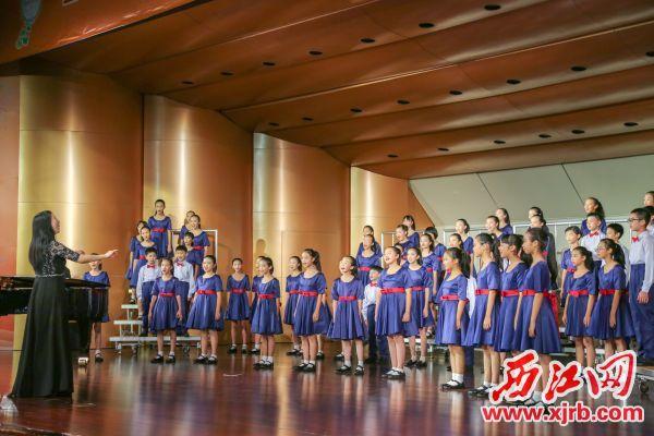 闭幕式上,肇庆市第十六小学献上了一首《村居》。            西江日报记者 曹笑 摄