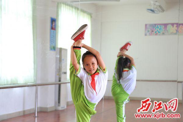 邱婉婷正在跳舞。 西江日報記者 楊麗娟 攝